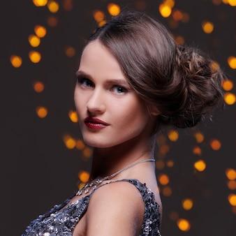Belle fille posant pendant la fête du nouvel an