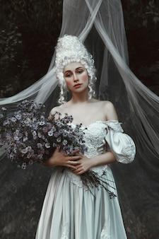 Belle fille pose dans une robe historique du moyen âge