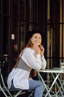 Belle Fille Prenant Un Café Au Café Photo Premium
