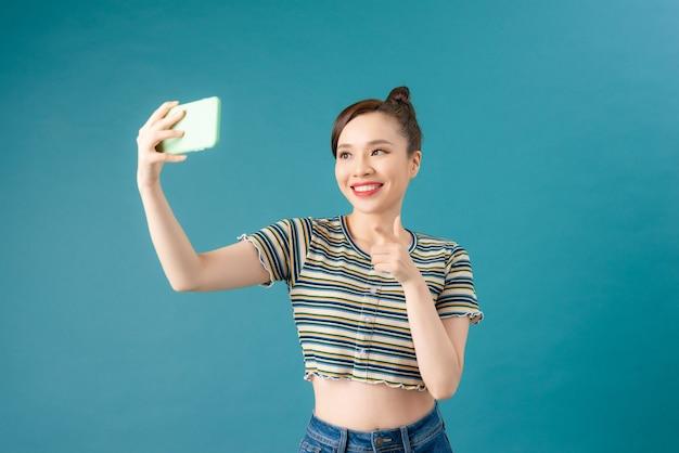 Une belle fille prenant un selfie