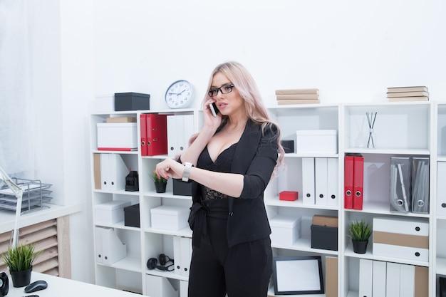 Belle fille pressée de se rencontrer sur le fond du bureau