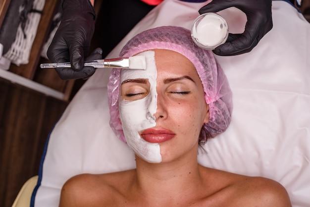 Belle fille sur une procédure de cosmétologie relaxante
