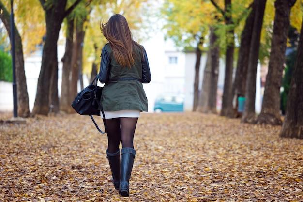 Belle fille qui marche en automne.
