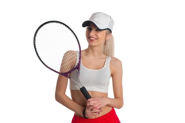 Belle fille avec une raquette de tennis souriant sur fond blanc