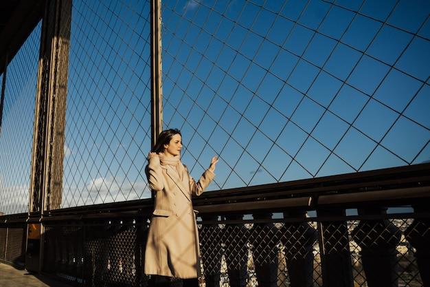 Belle fille à la recherche et admirant la magnifique ville de paris en france d'en haut