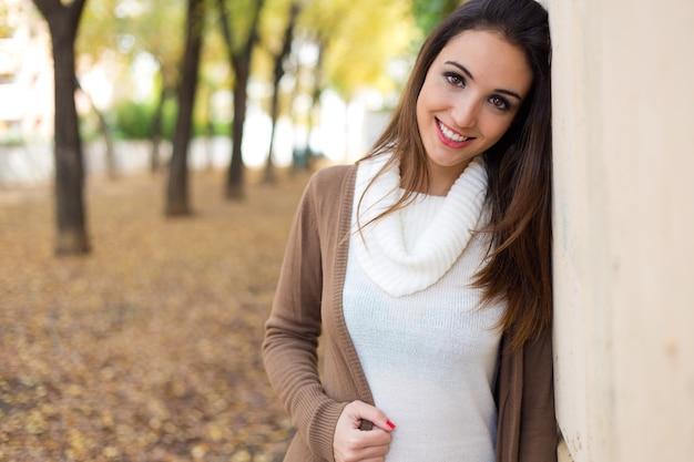 Belle fille regardant la caméra en automne.