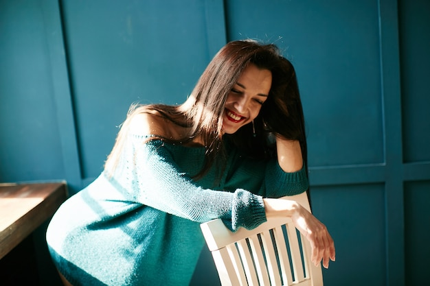 Belle fille rit à la lumière du soleil