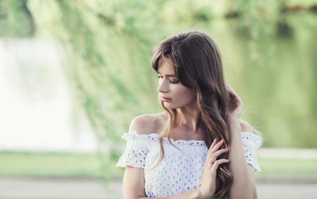 Belle fille en robe blanche
