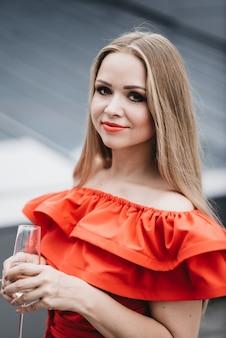 Belle fille en robe rouge à la célébration