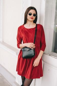 Belle fille en robe rouge