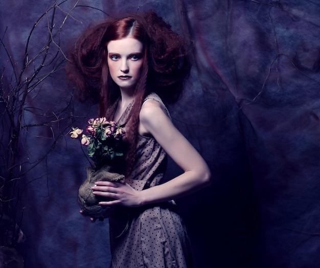 Belle fille avec des roses sèches