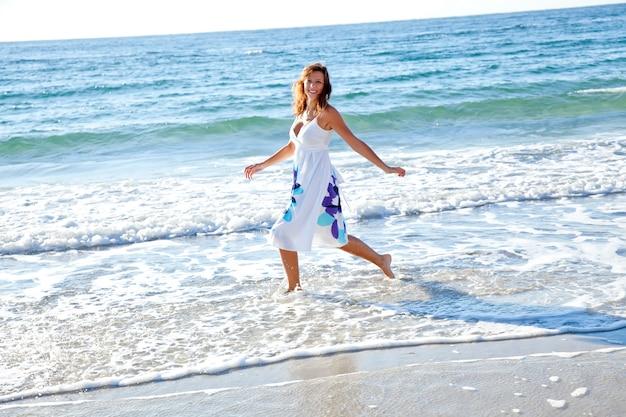 Belle fille rousse sur la plage.