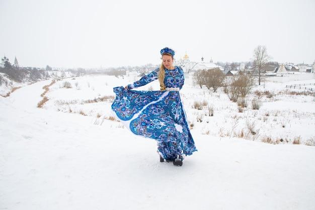 Belle fille russe dans une robe nationale d'hiver