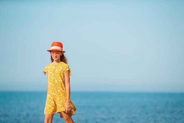 Belle fille s'amusant sur le bord de la mer tropicale.