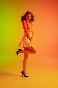 Belle fille séduisante en tenue romantique à la mode sur greenorange dégradé lumineux