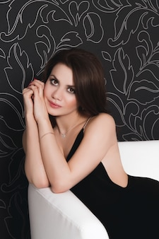 Belle fille sexy vêtue d'une robe de soirée noire