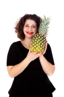 Belle fille sinueuse tenant et ananas
