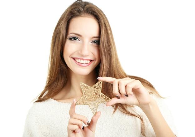 Belle fille souriante avec étoile de noël isolé sur blanc