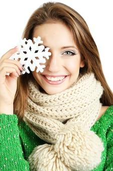 Belle fille souriante avec flocon de neige de noël isolé sur blanc