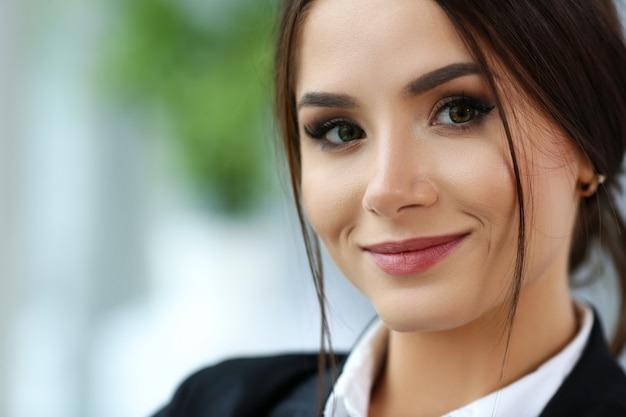 Belle fille souriante de greffier portant costume tenir cahier