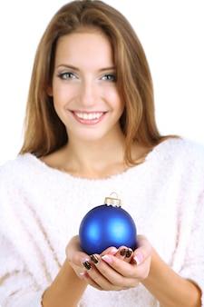 Belle fille souriante avec jouet de noël isolé sur blanc