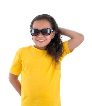 Belle fille souriante avec des lunettes de soleil