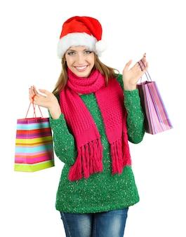 Belle fille souriante avec des sacs-cadeaux isolés sur blanc