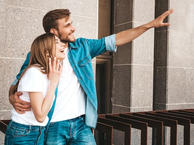 Belle fille souriante et son beau petit ami. femme en vêtements de jeans d'été décontracté.