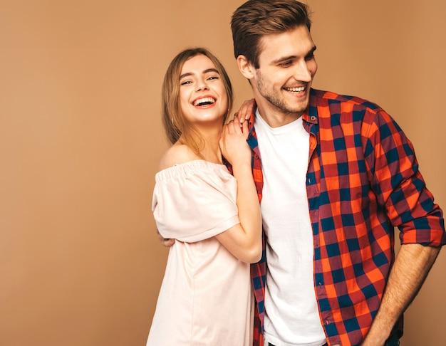Belle fille souriante et son beau petit ami en riant.