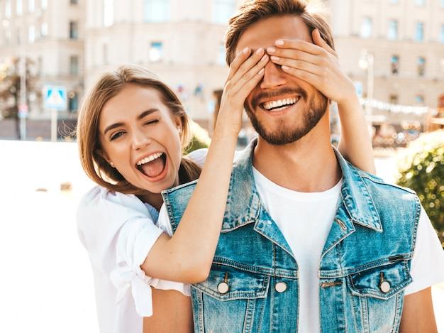 Belle fille souriante et son petit ami beau hipster.