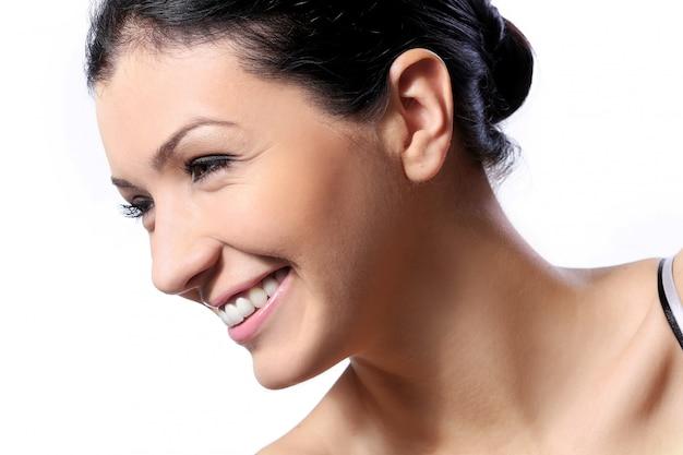 Belle fille avec un sourire mignon et une peau parfaite