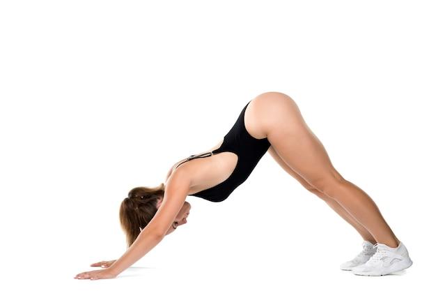 Belle fille sportive en corps noir isolé sur fond blanc