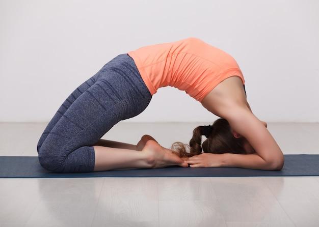 Belle fille sportive yogi fit pratiquer le yoga asana kapotasana