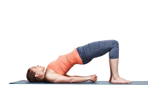 Belle fille sportive yogi fit pratiquer le yoga asana setu bandhas