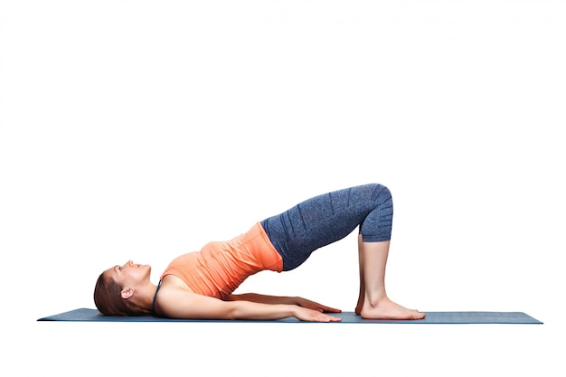 Belle fille sportive yogi fit pratiquer le yoga asana setu bandhasana