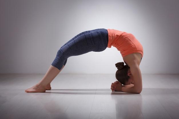 Belle fille sportive yogi fit pratiquer le yoga asana viparita dan