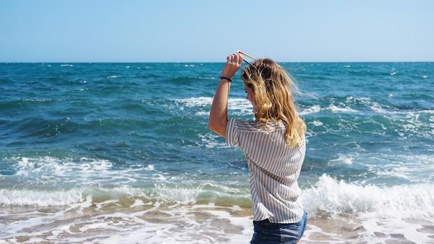 Belle fille de style bohème et bronzée à la plage de la mer au soleil