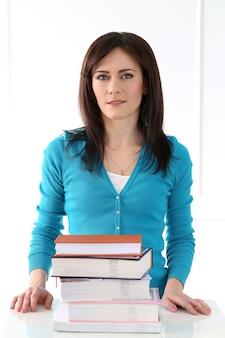 Belle fille avec un t-shirt bleu et des livres
