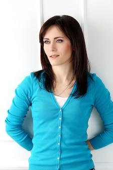 Belle fille avec un t-shirt bleu