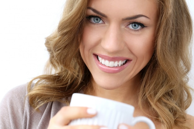 Belle fille avec une tasse de thé