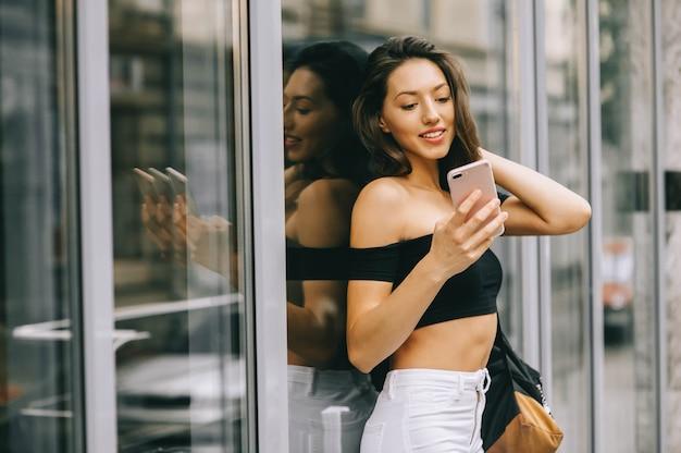 Belle fille avec téléphone en ville