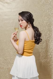 Belle fille tenant un verre de champagne. saint valentin