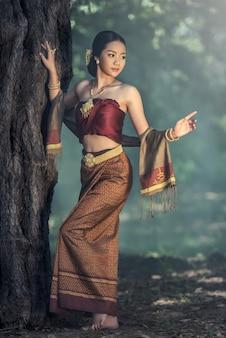 Belle fille thaïlandaise en costume traditionnel thaïlandais