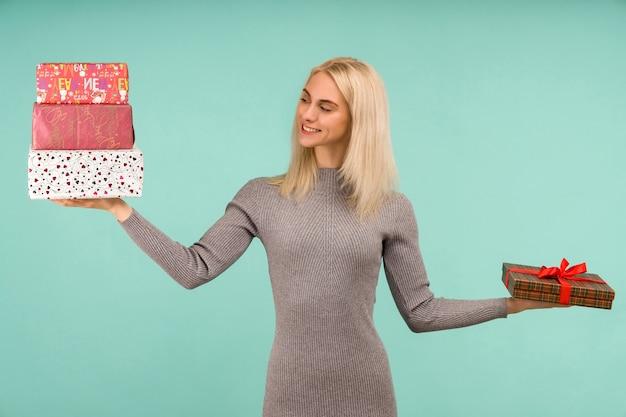 Une belle fille tient dans les cadeaux