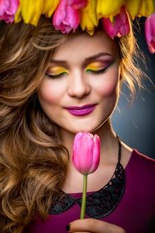 Belle fille avec tulipes fleurs