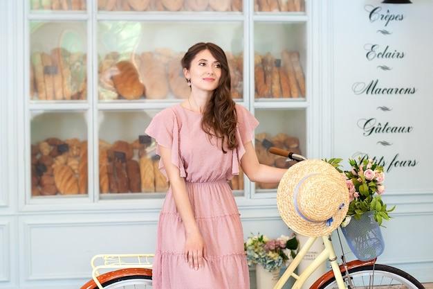 Belle fille avec vélo jaune avec un panier pour aller travailler en vélo eco transport