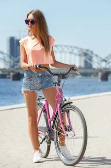 Belle fille avec vélo