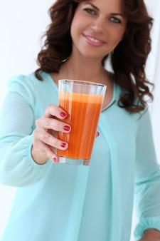 Belle fille avec un verre de jus