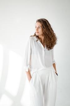 Belle Fille En Vêtements Blancs Est Assise Sur Le Sol. Photo Premium