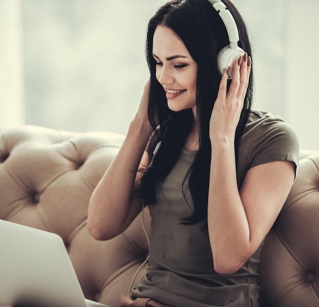 Belle fille en vêtements décontractés et des écouteurs.